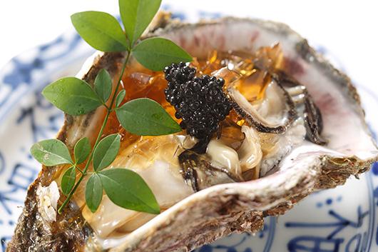 初夏の恵みを存分に楽しめる岩牡蠣&鮎の塩焼きと冷酒のショートコース