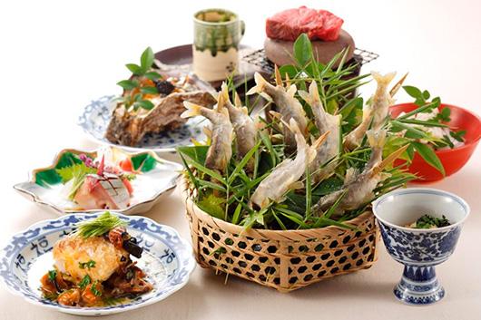初夏の恵みを存分に楽しめる岩牡蠣&鮎の塩焼きと冷酒の贅沢フルコース