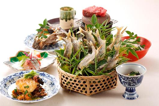 夏の恵みを存分に楽しめる岩牡蠣&鮎の塩焼きと冷酒の贅沢フルコース
